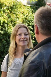 Anne Apitzsch im Gespräch mit Hartmut,.          Bild: Schwule Welle
