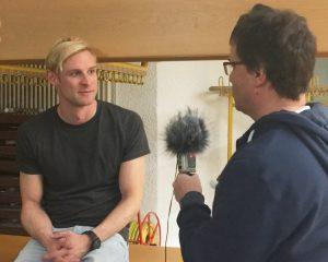 Christian David Gebert (li.) im Gespräch mit der Schwulen Welle